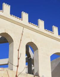 Realizzazione di murature ed arcate in tufo calcarinitico